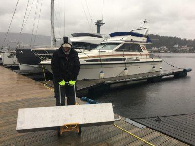 Ny syrefast septiktank på vei inn i båten