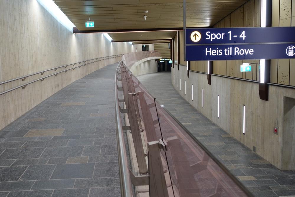 Inne i Holmestrand stasjon