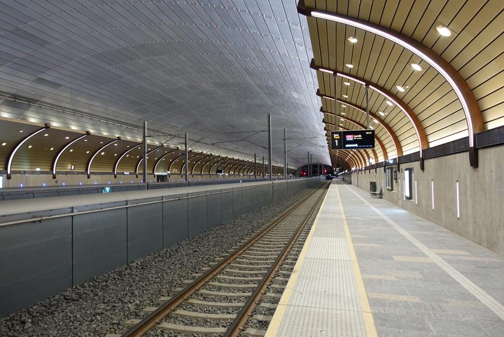 Sporene inne i den nye togstasjonen i Holmestrand