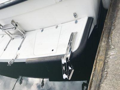 Beslag til anker og gjennomføring med trinse til ankertauet montert. Luka til badeplattformen er splittet og forsterket.