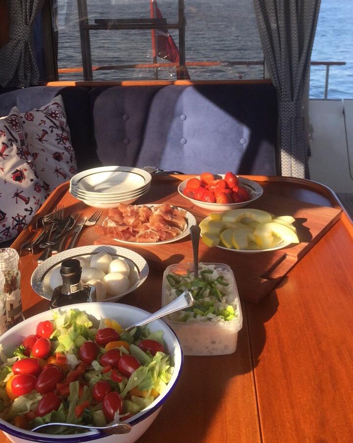 På båtturen ble det servert spekemat med potetsalat og annet tilbehør